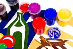 Μπουκάλια με τα χρώματα γκουας και βούρτσες για τα καλλιτεχνικά έργα ζωγραφικής Στοκ Εικόνα