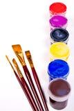 Μπουκάλια με τα χρώματα γκουας και βούρτσες για τα καλλιτεχνικά έργα ζωγραφικής Στοκ Εικόνες