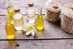 Μπουκάλια με το ουσιαστικό πετρέλαιο αρώματος και το τροπικό plumeria λουλουδιών Στοκ εικόνα με δικαίωμα ελεύθερης χρήσης