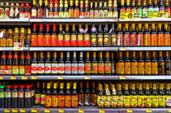 Μπουκάλια σάλτσας σόγιας καρυκευμάτων στην υπεραγορά Στοκ εικόνες με δικαίωμα ελεύθερης χρήσης