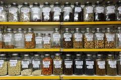 Μπουκάλια σε ένα κατάστημα καρυκευμάτων Mumbai Στοκ Φωτογραφίες