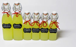 Μπουκάλια σπιτικού Limcello Στοκ φωτογραφία με δικαίωμα ελεύθερης χρήσης