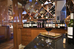 Μπουκάλια στο κατάστημα κρασιού Στοκ εικόνες με δικαίωμα ελεύθερης χρήσης