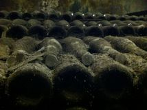 Μπουκάλια στο κελάρι Στοκ φωτογραφία με δικαίωμα ελεύθερης χρήσης