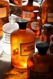 Μπουκάλια στο μεσαιωνικό φαρμακείο στοκ εικόνα