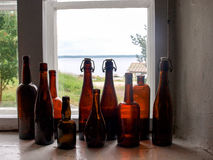 Μπουκάλια στο παράθυρο στοκ φωτογραφία με δικαίωμα ελεύθερης χρήσης