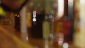 Μπουκάλια του ποτού σε έναν φραγμό απόθεμα βίντεο