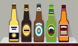 Μπουκάλια των μπυρών με τα καλύμματα σε ένα ράφι, σύνολο 1 διανυσματική απεικόνιση