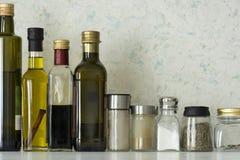 Μπουκάλια των πετρελαίων, βάζα των καρυκευμάτων, άλας, καρυκεύματα Στοκ φωτογραφία με δικαίωμα ελεύθερης χρήσης