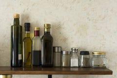 Μπουκάλια των πετρελαίων, βάζα των καρυκευμάτων, άλας, καρυκεύματα Στοκ εικόνα με δικαίωμα ελεύθερης χρήσης