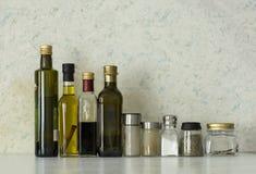 Μπουκάλια των πετρελαίων, βάζα των καρυκευμάτων, άλας, καρυκεύματα Στοκ Εικόνες