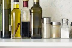Μπουκάλια των πετρελαίων, βάζα των καρυκευμάτων, άλας, καρυκεύματα Στοκ Φωτογραφίες