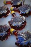 Μπουκάλια φύλλων σφενδάμου με το σιρόπι σφενδάμνου Στοκ Φωτογραφίες