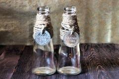 Μπουκάλια ως κατόχους κεριών σε ένα ρομαντικό αναδρομικό ύφος Στοκ εικόνες με δικαίωμα ελεύθερης χρήσης