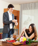 Μπουκάλι ανοίγματος ατόμων της σαμπάνιας ή του λαμπιρίζοντας κρασιού Στοκ εικόνα με δικαίωμα ελεύθερης χρήσης