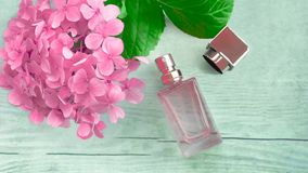 Μπουκάλι αρώματος και λουλούδι hydrangea Στοκ Εικόνα