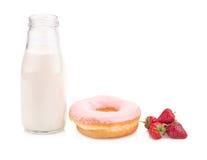 Μπουκάλι γάλακτος και doughnut στο άσπρο υπόβαθρο Στοκ εικόνες με δικαίωμα ελεύθερης χρήσης
