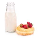 Μπουκάλι γάλακτος και doughnut στο άσπρο υπόβαθρο Στοκ Εικόνες