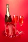 Μπουκάλι, γυαλιά κρασιού με τη σαμπάνια και το δώρο Στοκ εικόνα με δικαίωμα ελεύθερης χρήσης