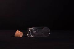 Μπουκάλι γυαλιού ανοικτό στο σκοτάδι Στοκ Εικόνες