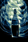 Μπουκάλι γυαλιού με τους σπινθήρες και τα κύματα του φωτός Στοκ Εικόνες
