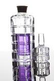 Μπουκάλι γυαλιού με το πορφυρό άρωμα στοκ εικόνες με δικαίωμα ελεύθερης χρήσης