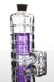 Μπουκάλι γυαλιού με το πορφυρό άρωμα στοκ εικόνες