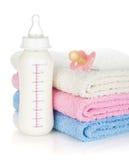 Μπουκάλι, ειρηνιστής και πετσέτες μωρών στοκ φωτογραφία