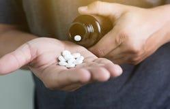 μπουκάλι ιατρικής εκμετάλλευσης χεριών ατόμων frug στο βοτανικό χάπι συμπληρωμάτων, Στοκ φωτογραφίες με δικαίωμα ελεύθερης χρήσης