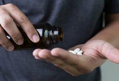 μπουκάλι ιατρικής εκμετάλλευσης χεριών ατόμων frug στο βοτανικό χάπι συμπληρωμάτων, Στοκ φωτογραφία με δικαίωμα ελεύθερης χρήσης