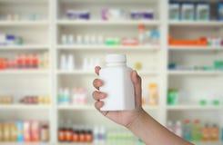 Μπουκάλι ιατρικής εκμετάλλευσης χεριών στοκ εικόνες