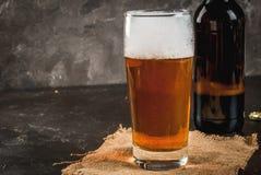 Μπουκάλι και ένα ποτήρι της μπύρας Στοκ Φωτογραφίες