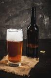 Μπουκάλι και ένα ποτήρι της μπύρας Στοκ Φωτογραφία