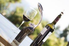 Μπουκάλι και γυαλί κρασιού υπαίθρια Στοκ φωτογραφία με δικαίωμα ελεύθερης χρήσης