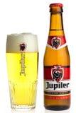 Μπουκάλι και ποτήρι της βελγικής μπύρας Jupiler στοκ φωτογραφία