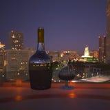 Μπουκάλι και ποτήρι του κονιάκ απεικόνιση αποθεμάτων