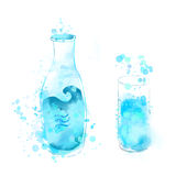 Μπουκάλι και ποτήρι του μπλε νερού watercolor Στοκ εικόνα με δικαίωμα ελεύθερης χρήσης