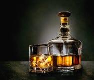 Μπουκάλι και ποτήρι του ουίσκυ Στοκ Εικόνες