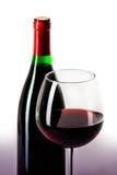 Μπουκάλι κρασιού και γεμισμένο γυαλί που απομονώνονται στο λευκό Στοκ φωτογραφία με δικαίωμα ελεύθερης χρήσης