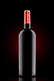 Μπουκάλι κόκκινου κρασιού στο μαύρο υπόβαθρο με το κόκκινο επίκεντρο Στοκ φωτογραφίες με δικαίωμα ελεύθερης χρήσης