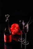 Μπουκάλι, κόκκινο λουλούδι, γυαλιά κρασιού Στοκ φωτογραφία με δικαίωμα ελεύθερης χρήσης