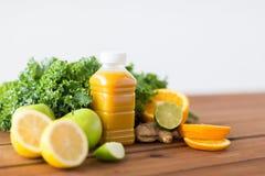Μπουκάλι με το χυμό από πορτοκάλι, φρούτα και λαχανικά Στοκ Εικόνα