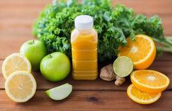 Μπουκάλι με το χυμό από πορτοκάλι, φρούτα και λαχανικά Στοκ φωτογραφίες με δικαίωμα ελεύθερης χρήσης
