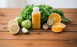 Μπουκάλι με το χυμό από πορτοκάλι, φρούτα και λαχανικά Στοκ φωτογραφία με δικαίωμα ελεύθερης χρήσης