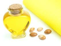 Μπουκάλι με argan το πετρέλαιο καλλυντικά μέσα Τρόφιμα Απομονωμένο υπόβαθρο Στοκ εικόνες με δικαίωμα ελεύθερης χρήσης