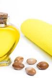 Μπουκάλι με argan το πετρέλαιο καλλυντικά μέσα Τρόφιμα Απομονωμένο υπόβαθρο Στοκ Εικόνες