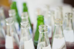 Μπουκάλι μη αλκοολούχων ποτών στα κόκκινα πλαστικά κλουβιά Στοκ Εικόνα