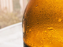 Μπουκάλι μπύρας στενό σε επάνω Στοκ εικόνα με δικαίωμα ελεύθερης χρήσης
