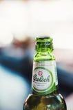 Μπουκάλι μπύρας Grolsch σε έναν φραγμό Στοκ εικόνα με δικαίωμα ελεύθερης χρήσης