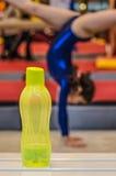 Μπουκάλι νερό για λίγο gymnast κορίτσι στοκ εικόνες